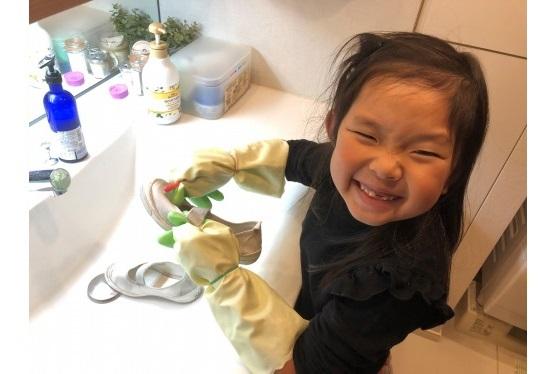 2.上履き洗う娘